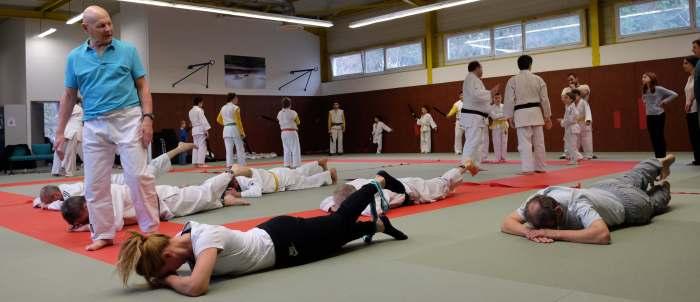 Les différentes disciplines se partageaient le tatami. Au premier plan : séance de taïso