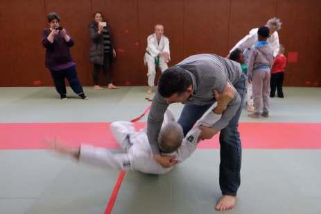 Initiation aux techniques du judo avec un adhérent confirmé