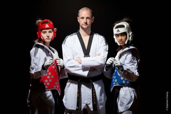 Clara Millero (en rouge) et Tiavo Randrianisa (en bleu) encadrent leur professeur à Arcueil, Matthieu Boudon