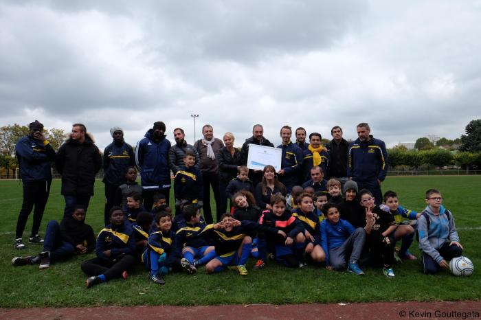 Éducateurs et dirigeants du club posent aux côtés des responsables techniques du District de la fédération française de football lors de la remise du label « école de football », derrière les enfants, avenir du club.
